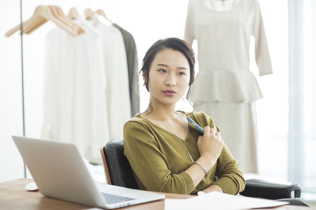 消費税を払う女性