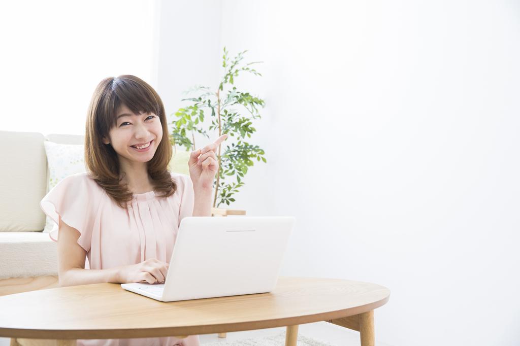 PCで納税を確認する女性